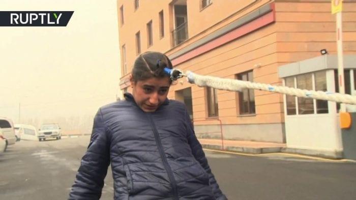 بالفيديو... فتاة أرمنية تسحب سيارة بشعرها