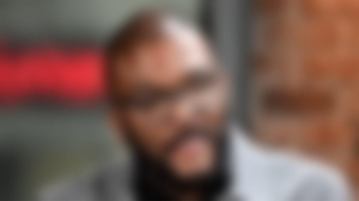 ممثل أمريكى شهير يترك بقشيش 21ألف دولار لعمّال مطعم متضررين من كورونا
