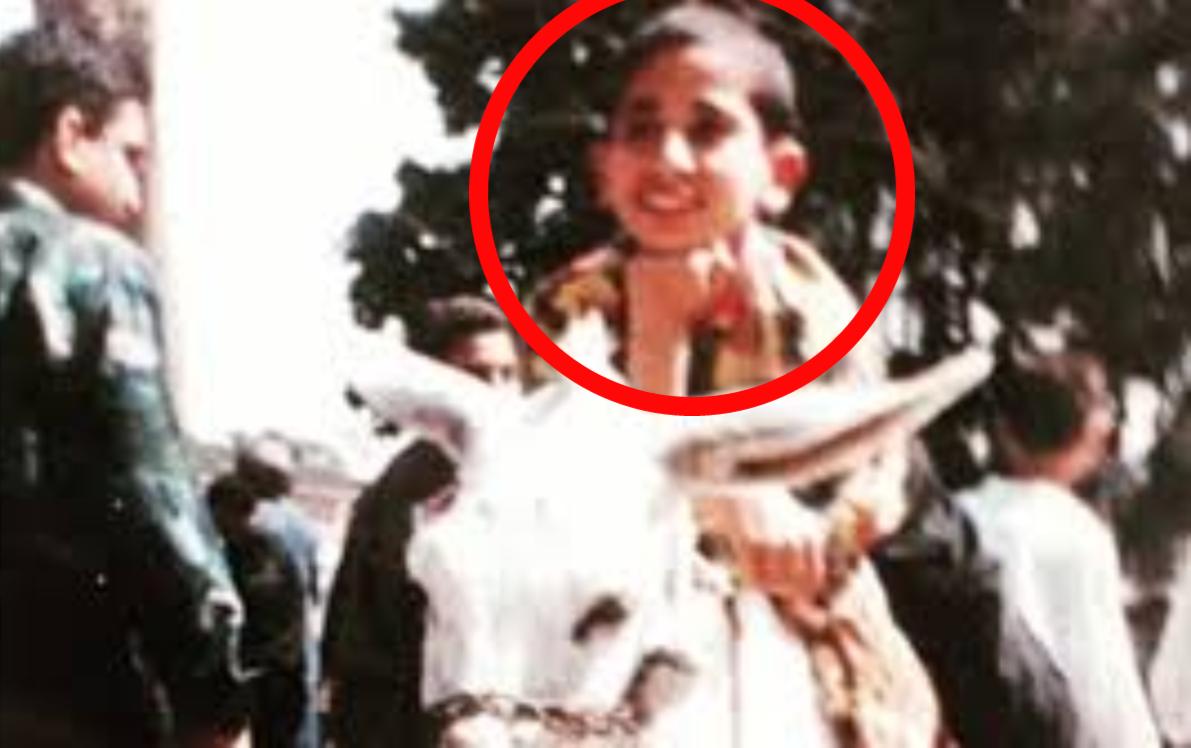 """هل تستطيعون معرفة هوية هذا الطفل الذي يركب """"الحمار"""" ؟.. من أشهر نجوم الفن في العالم العربي"""