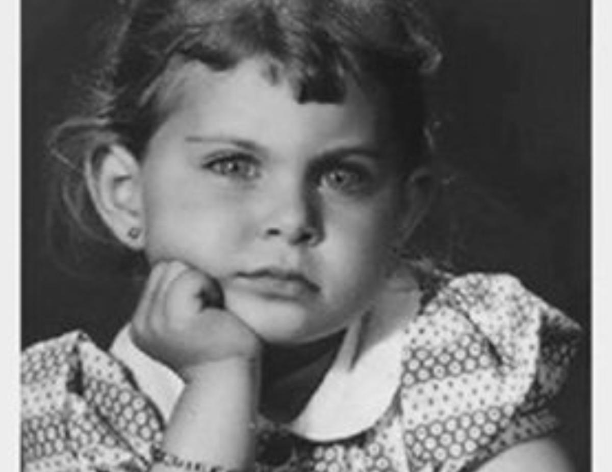 هل تستطيعون معرفة هوية هذة الطفلة الجميلة؟.. من أشهر الفنانات المصريات