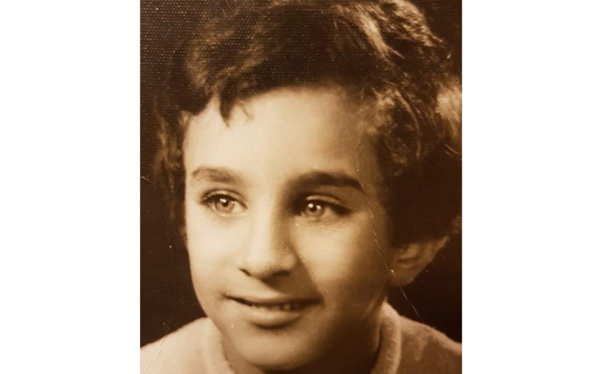 هل تستطيعون معرفة هوية هذا الطفل الجميل ؟.. أصبح الآن إعلاميا ًعربياً وسيماً