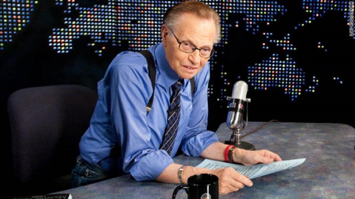 """"""" سيد الميكروفون وأسطورة البرامج الحوارية """" .. وفاة الإعلامي الأمريكي الشهير لاري كينج"""
