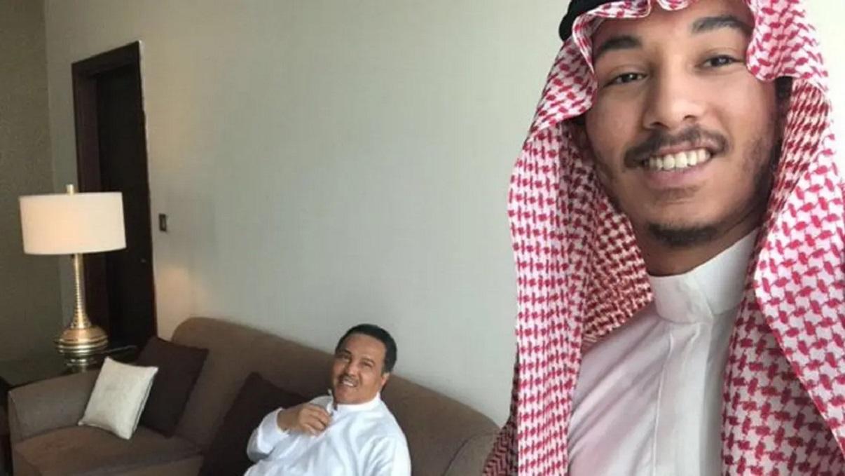 شاهد نجل الفنان محمد عبده يخطف الأضواء بأدائه أغنية لوالده والعزف على العود