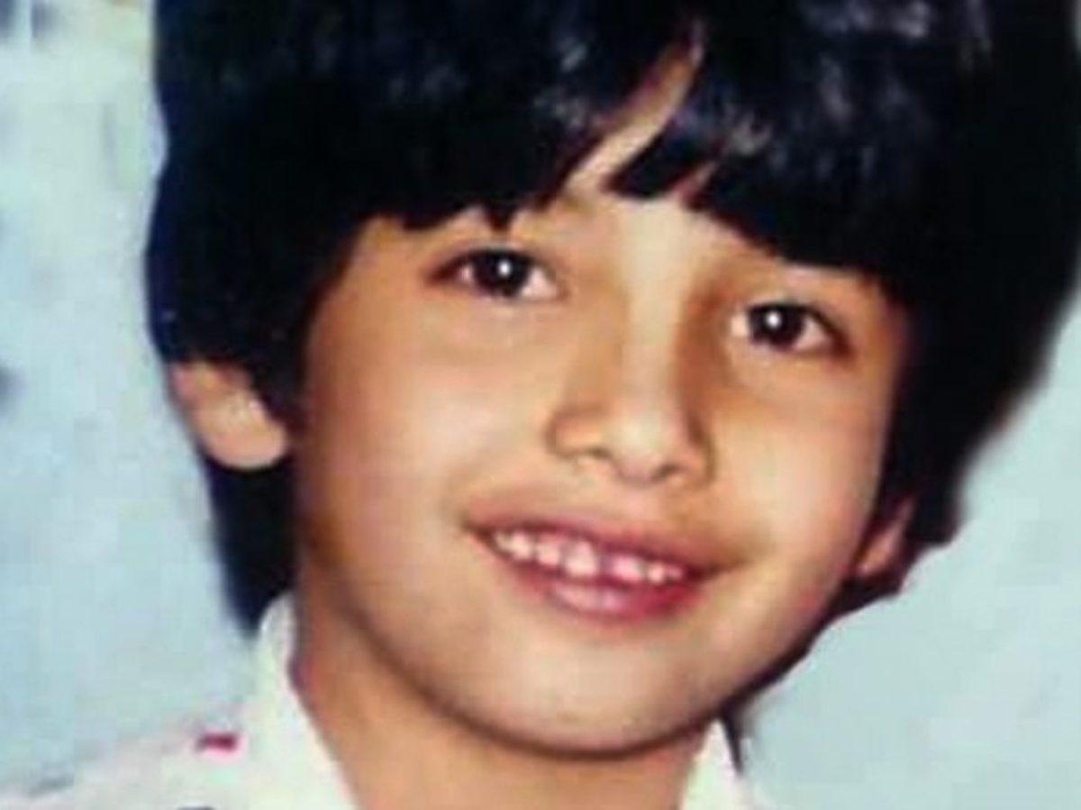 هل تستطيعون معرفة هوية هذا الطفل الوسيم ؟.. من أشهر نجوم الغناء في العالم العربي