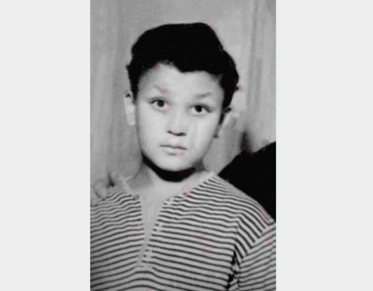 هل تستطيعون معرفة هوية هذا الطفل الوسيم ؟.. أصبح الآن إعلامياً مصرياً شهيراً