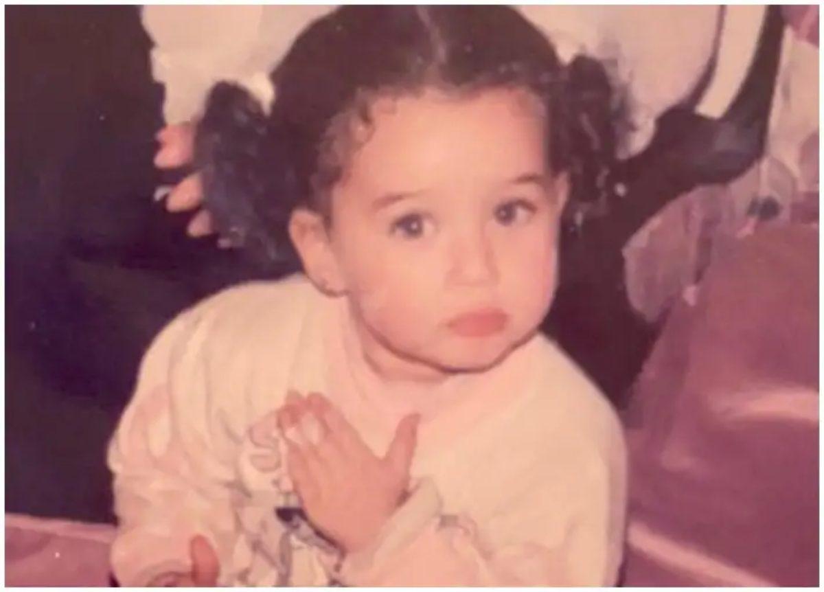 هل تستطيعون معرفة هوية هذه الطفلة الجميلة ؟.. من أشهر نجمات الفن في مصر